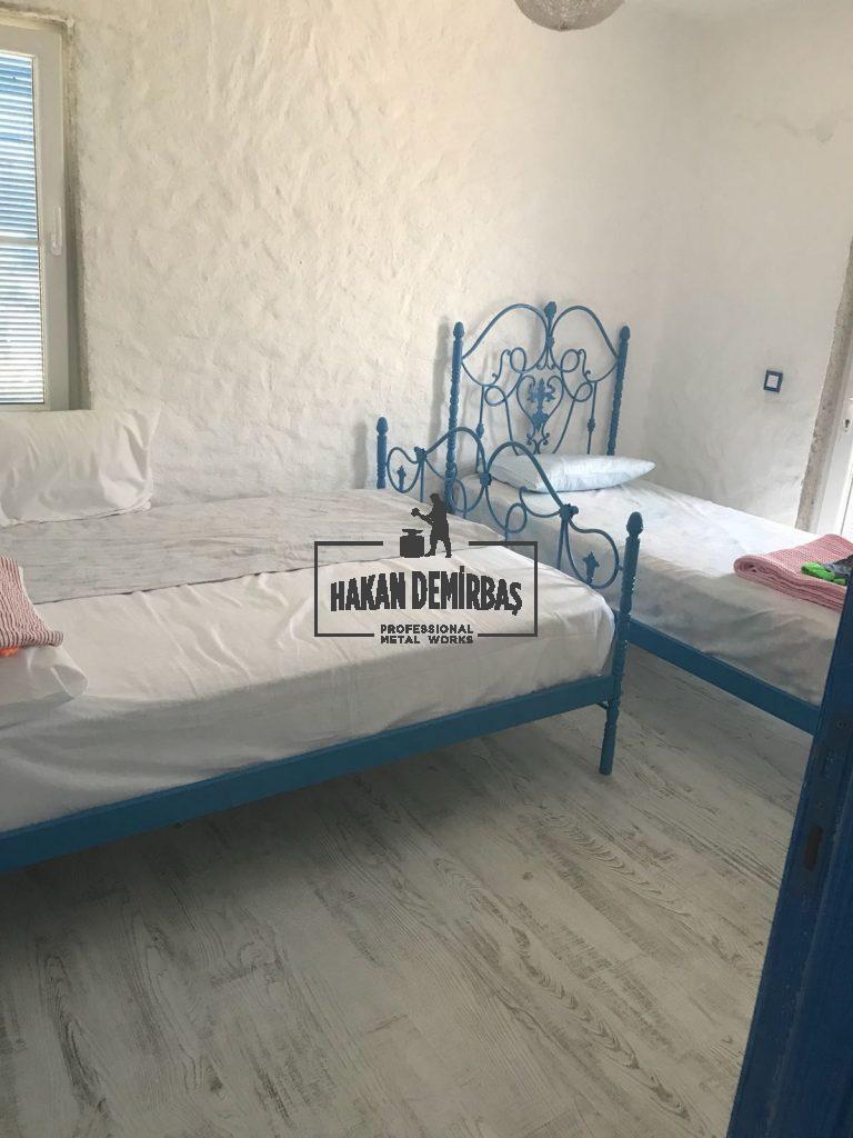 Mavi çift kişilik ferforje yatak modeli uygulaması. otel ferforje yatak