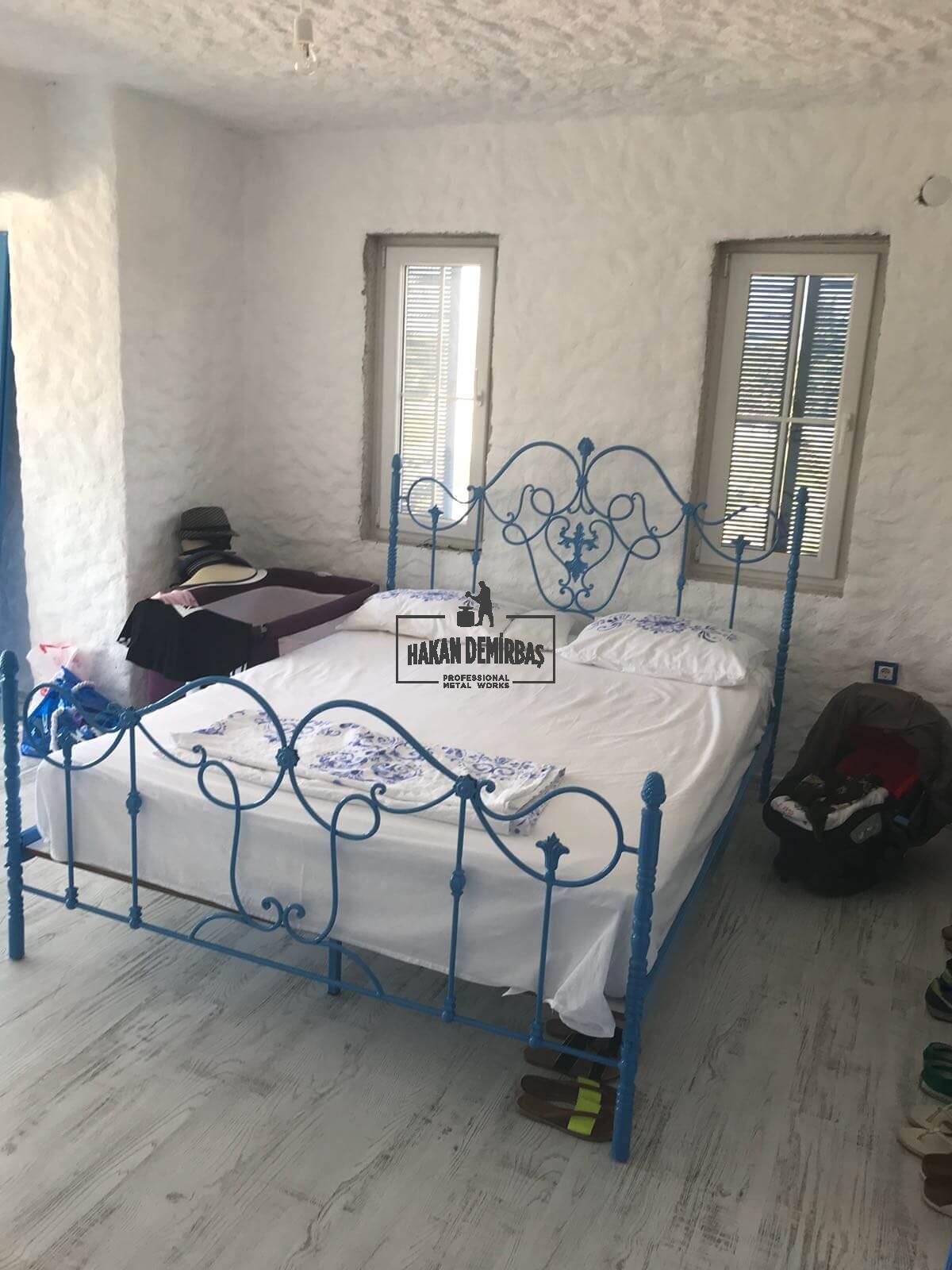 Hakan Demirbaş ın tasarladığı tek kişilik mavi ferforje yatak modelinin farklı bir modeli olarak uyarlanmıştır.